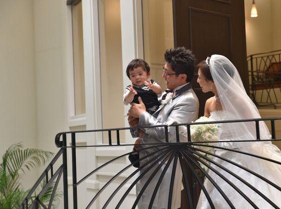 挙式後はバルコニーからお子様を連れての登場でお披露目。