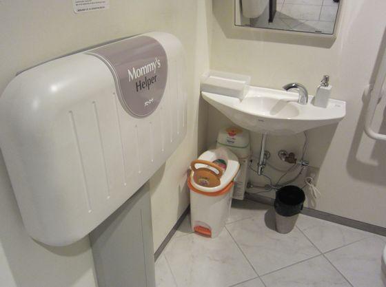 ロビーのお手洗いには、おむつ替えシートも完備。