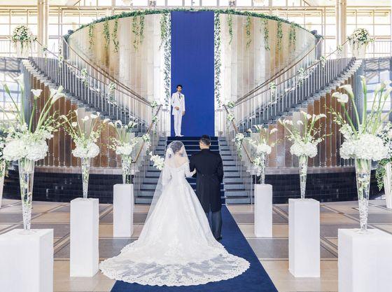 大階段が印象的なチャペル・グランデュールでドラマチックな挙式を