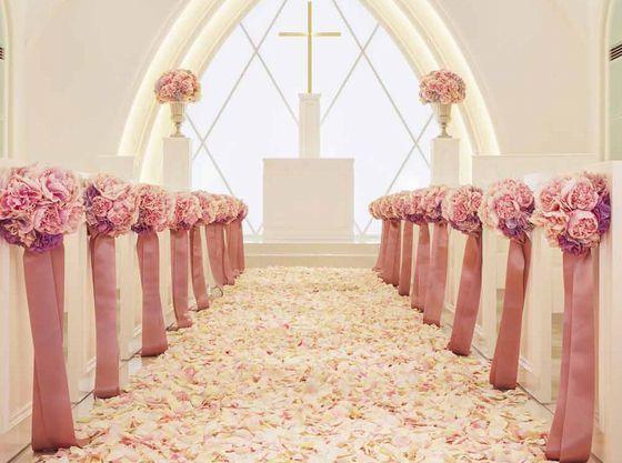 ピンクの花びらを敷き詰めれば、まるでプリンセスのようなかわいらしい空間に。