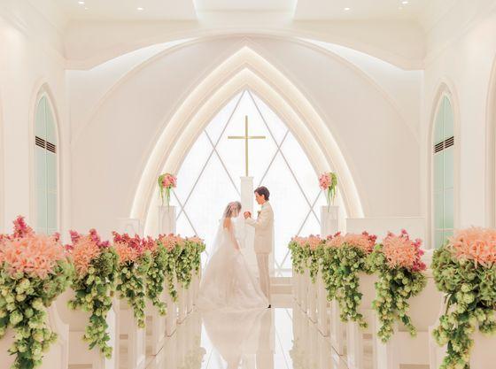 祭壇から自然光が降り注ぎ、ふたりをより輝かせます。