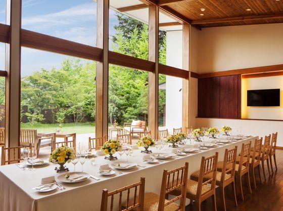 【湯川ガーデンテラス】大きな窓から光が差し込む開放的な空間