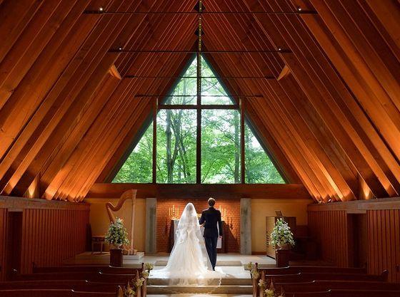 【軽井沢高原教会】木の温もりあふれる教会は温かな雰囲気が漂う