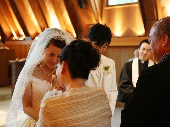 【軽井沢高原教会】牧師から両親へ贈られる言葉に、感極まる瞬間