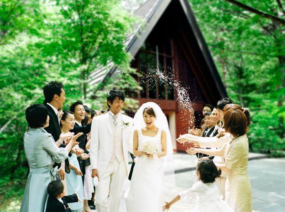 【軽井沢高原教会】挙式後のライスシャワーで至福の笑顔に