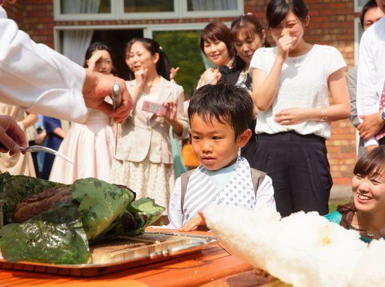 ゲストの目の前で料理を仕上げる演出に子どもたちも興味津々