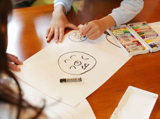 お絵かきアイテムや絵本等お子さま向けのおもちゃの貸出も可能