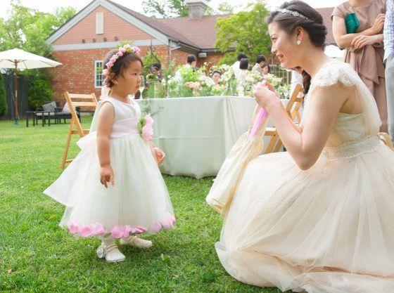 お子様へのプレゼントとして人気のドレスのようなエプロンも販売