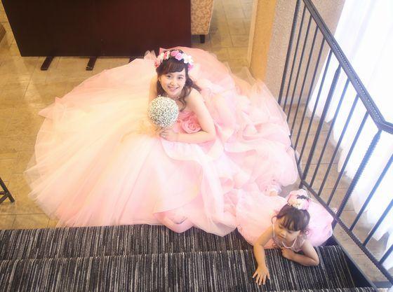 お子様とお揃いのピンクのドレス