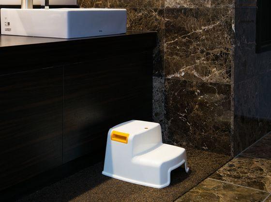 お手洗いにはお子様専用のステップ台もご用意♪