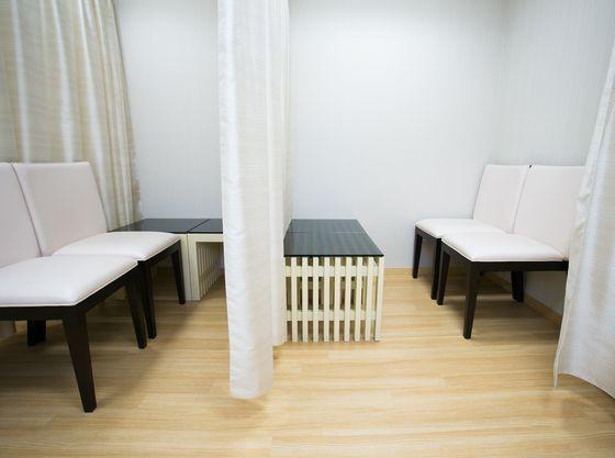白を基調とした清潔感があり、ゆったりと使用できる授乳室
