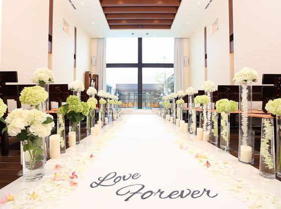 たっぷりの自然光が花嫁様を一層美しく見せてくれるチャペル
