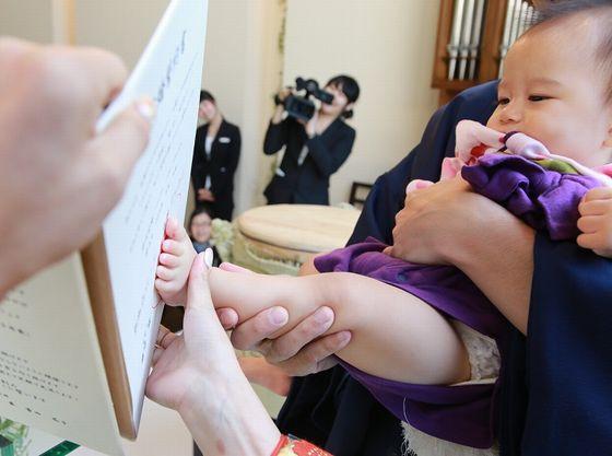 人前式の立会人を代表してお子様による足形スタンプ