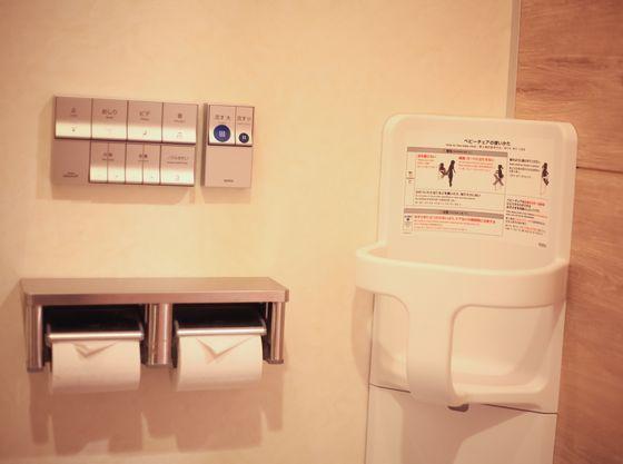 トイレブースにはベビーキープを設置