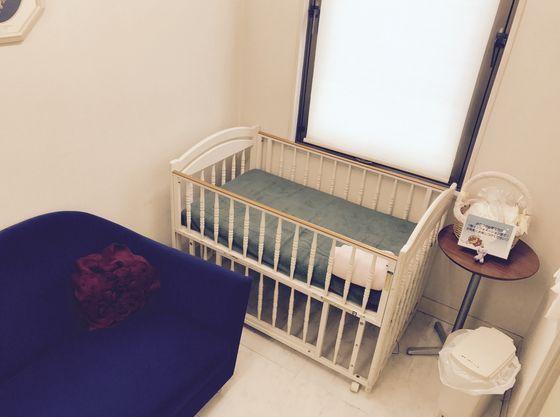 授乳室にはベビーベッドもあり、オムツ替えも安心。