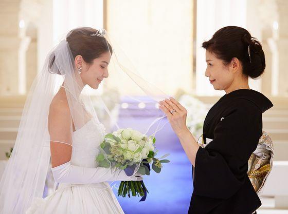 花嫁支度の仕上げを母から行う感動のシーン