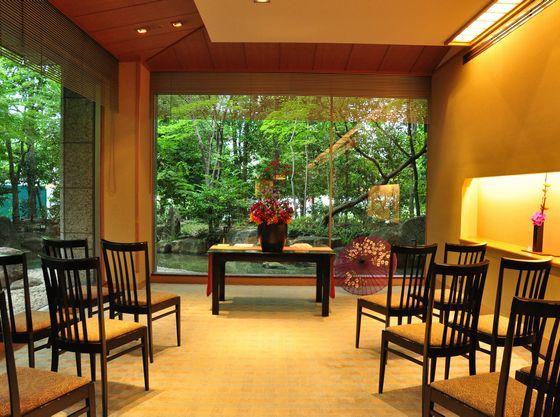 厳かな中に、光と緑と自然の暖かみを感じる挙式スタイル「日本料理むさしの和装人前式」