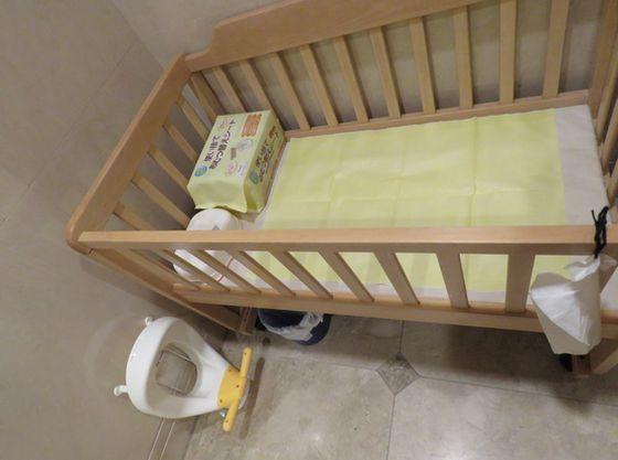 おむつ替えスペースにはシート、おしりふき、ビニール袋、ごみ箱を一式そろえているので安心です