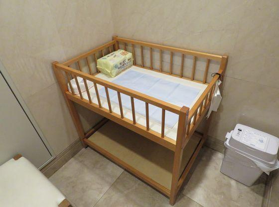 授乳室の中にはおむつ替えスペースもご用意しております