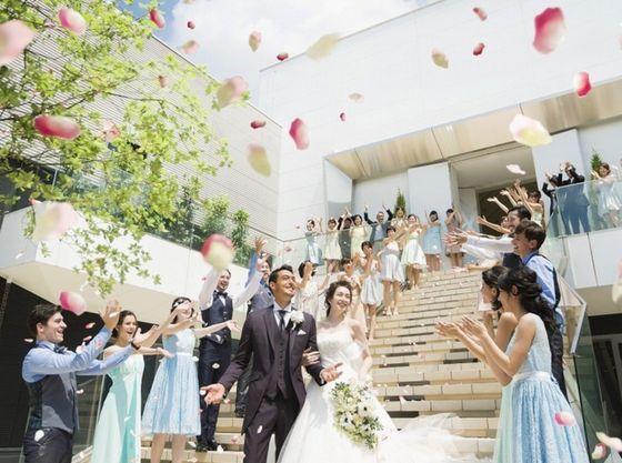 515d35cd25bf9 名古屋駅から徒歩7分という好立地。ビル型の結婚式場は全館バリアフリーで館内移動がしやすく、小さなお子さまからご年配まで、幅広い層が参列可能な式場です。