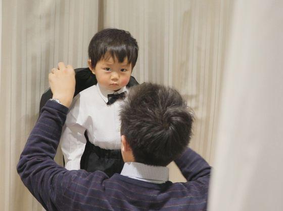 小さなご新郎様は披露宴入場前の支度で大忙し