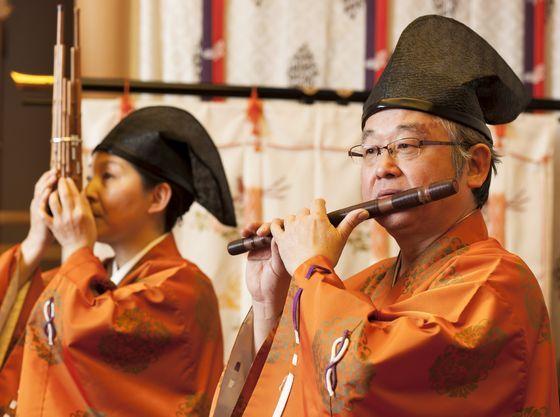 雅楽の生演奏の音色が力強く響き渡ります