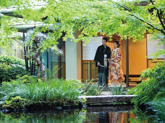 挙式の前には館内の日本庭園でロケーション撮影も◎