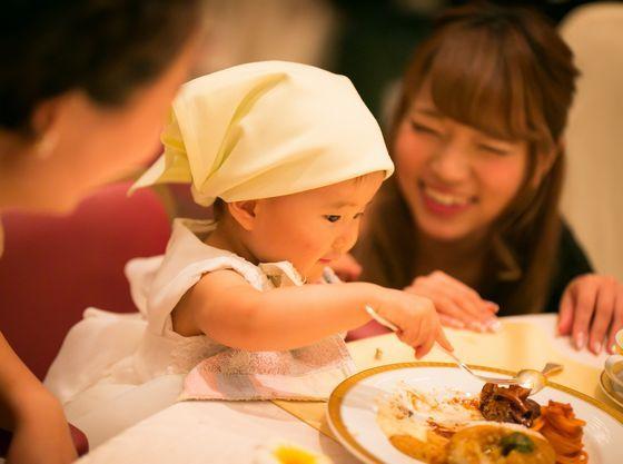 披露宴会場でのお食事はお子様用のハイチェアも完備