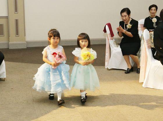 お子様の花束プレゼントで会場内がアットホームな雰囲気に包まれる。