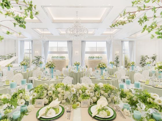 """すべてが""""白""""の空間と色とりどりの花や緑でゲストをおもてなし"""