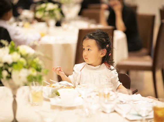 お子様ゲストの年齢に合わせて、子供イス・ベビーチェアを揃えております。