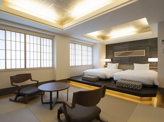畳を敷いた和のスペースと洋のスペースが融合した和洋室で快適な宿泊が叶います。